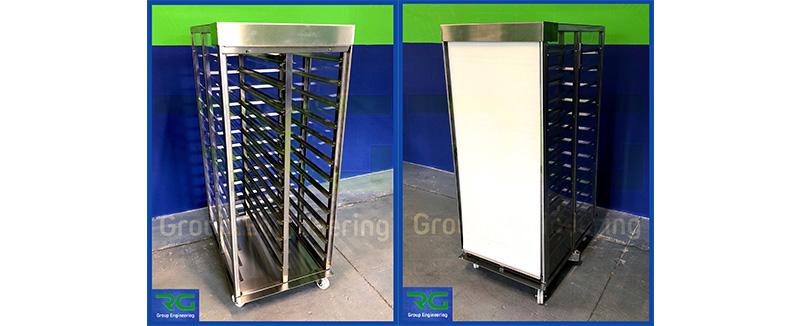 Struttura in acciaio inox (SETTORE FARMACEUTICO). Carrello con pannelli laterali/copertura in policarbonato trasparente e tenda frontale per stoccaggio prodotti approvvigionati da linea automatica