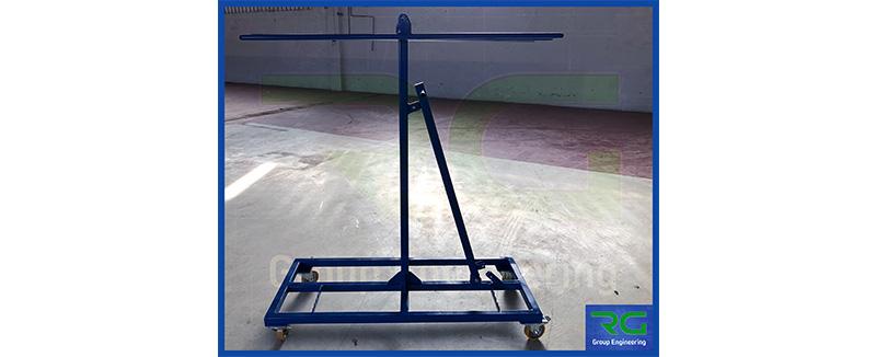 Struttura in carpenteria verniciata (SETTORE AUTOMOTIVE). Carrello per trasporto gomme paraurti.