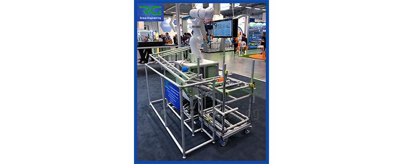 Struttura tubolare lean in alluminio. Postazione presentata in occasione della fiera SPS Parma 2019 con asservimento automatico e Robot integrato dotato di sicurezze (e loro monitoraggio